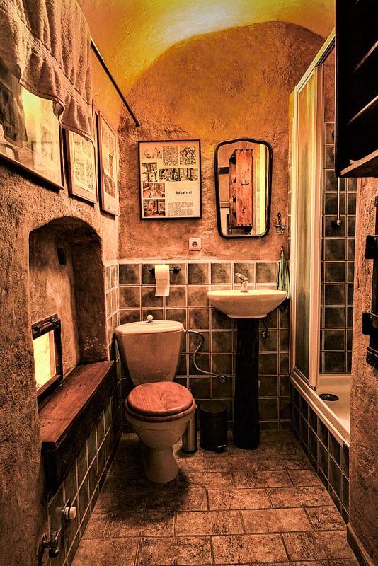 Ubytování a muzeum Český Krumlov - sprcha a wc v bývalé černé kuchyni