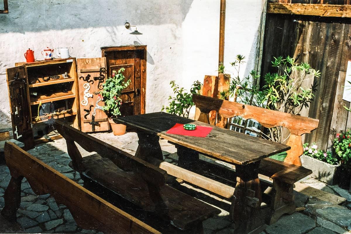 Restaurace U dwau Maryí - terasa z fošen barokního stolu