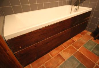 Bočnice koupelnové vany se záklopu trámového stropu