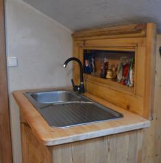 Kuchyňská linka s použitím starší skříňky a čela postelí