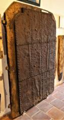 Svlakové třívrstvé dveře pobité železnými pláty, Chvalšiny gotika