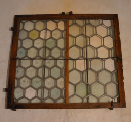 Okno se zasklením do šestihranu v olověných lištách, CK Latrán, baroko