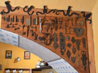 Zámkové štítky, dveřní a okenní trny, obrtlíky,od baroka do počátku 20. stol.