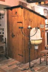 Suchý záchod, dolní síň