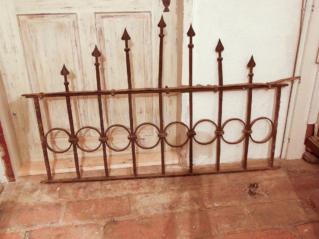 Klasicistní mříž s dekorem kruhů mezi pruty vzájemně propojených sponami